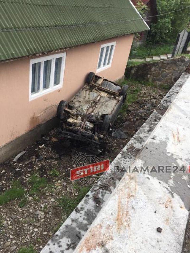 MOISEI - Doi răniţi după ce un şofer a pierdut controlul volanului şi s-a răsturnat cu mașina în peretele unei case
