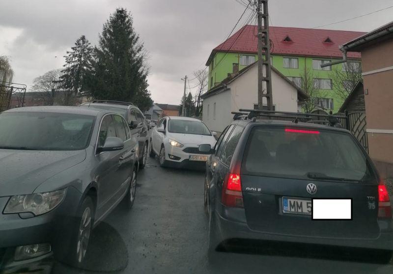 ACTUALIZARE: FOTO - De ce nu face nimic Poliția din Sighet legat de cei care parchează aiurea? Pentru că și ei fac la fel: Autospecială de poliție staționată în stația de autobuz, agentul la cumpărături